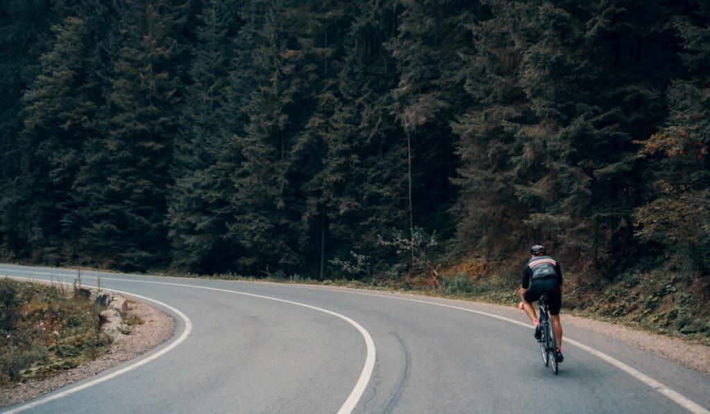 Un cycliste sur son vélo route en montagne
