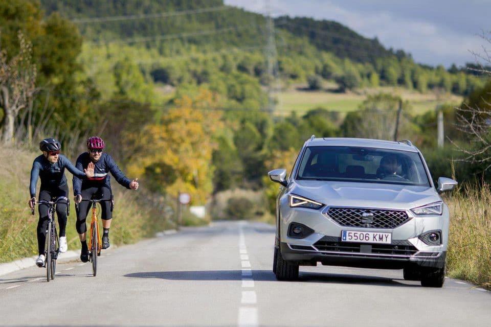 Dépassement d'une voiture sur 2 cyclistes qui remercient