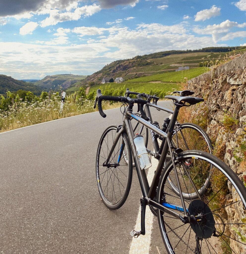 Deux vélo stationnés sur le rebord de la montagne