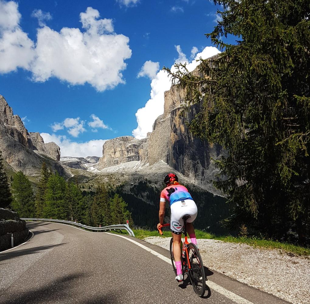 Une femme cycliste qui pédale sur une route de montagne