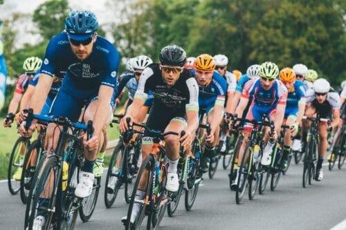 Un peloton de cyclistes en entrainement