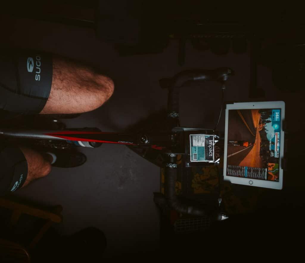 Un cycliste sur un hometrainer avec Zwift