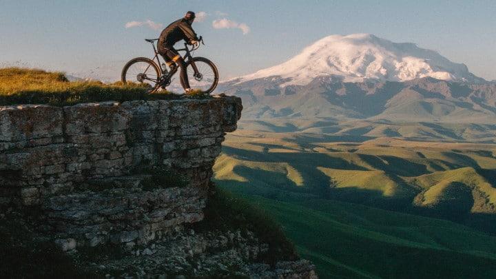 Un cycliste au bord d'une falaise