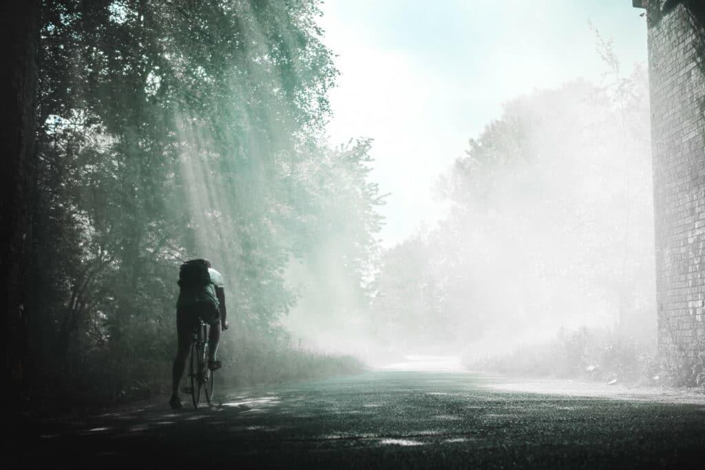 Un cycliste à la recherche d'une solution pour rentrer sous la pluie
