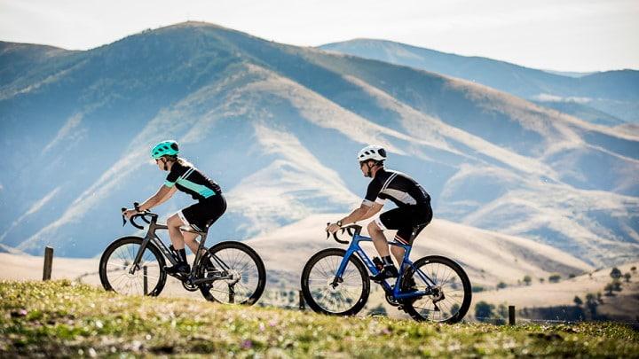 Deux cyclistes en montagne avec leur vélo BH