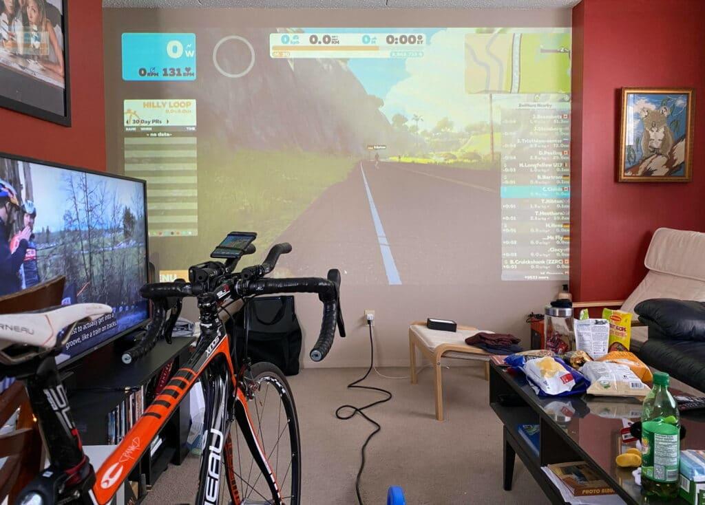 Zwift projeté sur un écran géant à l'aide d'un vidéo projecteur