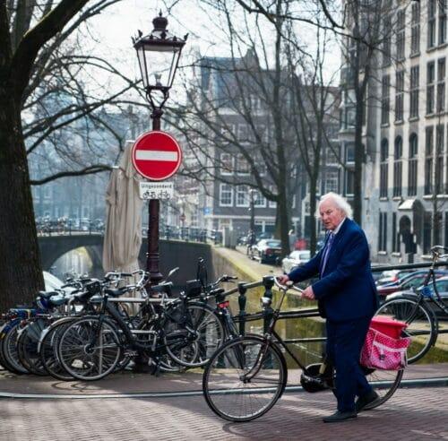 Une personne âgée avec un vélo de ville