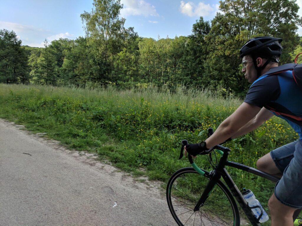 Un vélo de route Décathlon en mode gravel dans un chemin blanc