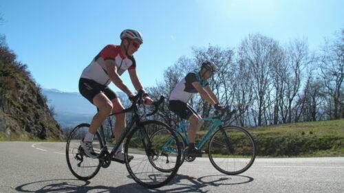 Deux cyclistes avec des vélos Scrapper de Go-Sport
