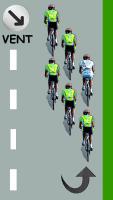 Le cycliste blanc remonte le peloton par la droite