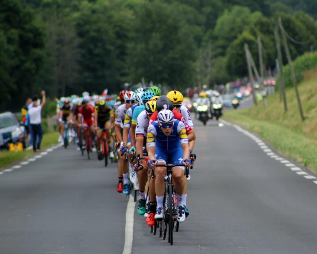 Des cyclistes roulant en peloton bien alignés
