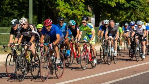Des cyclistes qui roulent en peloton en été