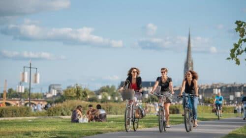 Trois cyclistes féminins font du vélo à Bordeaux