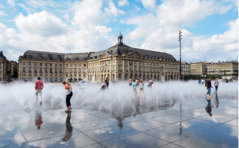 Le miroir d'eau de Bordeaux face à la place de la Bourse