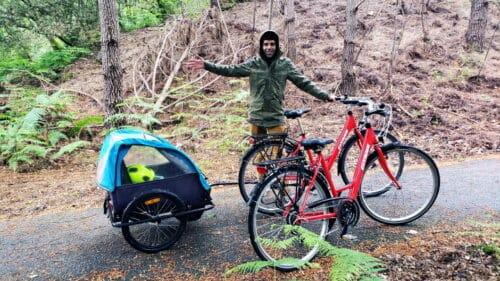 Ludo sous la pluie avec les vélos et une parka de pluie Basil Mose