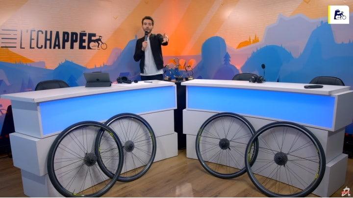 Domingo qui présente l'émission vélo de l'Echappée sur un plateau