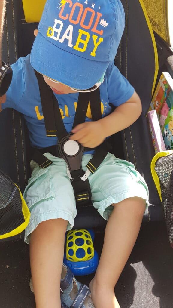 Mon fils bien installé dans sa remorque avec ses affaires